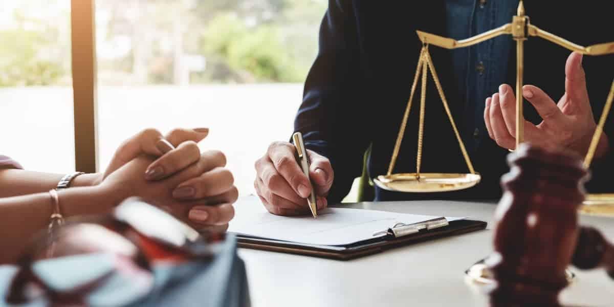 برای مثال شخصی بدون اجازه و بدون داشتن حق، وارد ملکی شده و اقدام به استفاده از آن می نماید و به اعتراض مالک نیز توجهی نمی کند در این صورت مالک می بایست با مراجعه به محاکم دادگستری اقدام به تشکیل پرونده خلع ید نماید