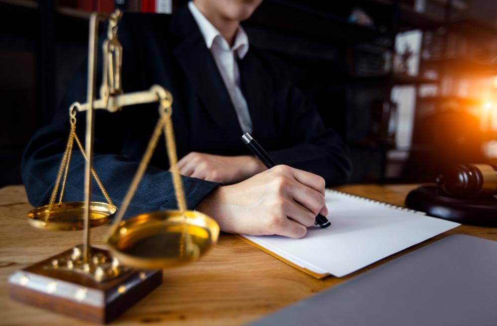 فروش مال غیر حسب تعریف قانون راجع به مجازات انتقال مال غیر مصوب 1308، عبارتست از اینکه شخصی مال غیر را با علم به اینکه مال غیر است به نحوی از انحا عیناً یا نفعتاً بدون مجوز قانونی به دیگری منتقل نماید.